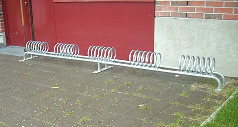 File:Bicycleparkingweirdstand.jpg