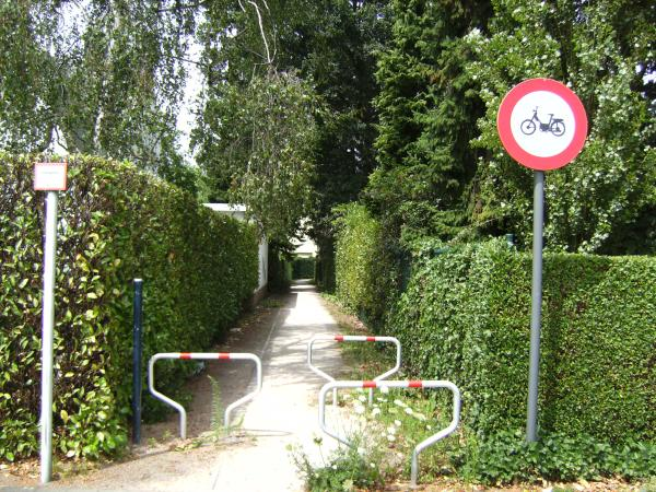 File:Belgium road path nomopeds.jpg