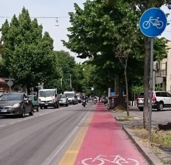 File:Photo single cycle lane Italy.jpg