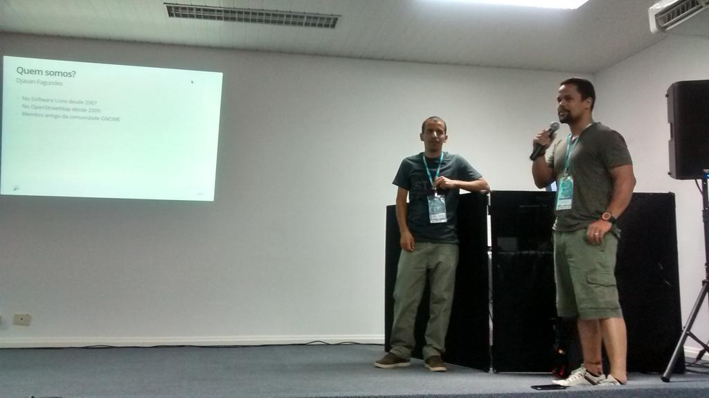 Wille (esquerda) e Djavan (direita) apresentando o OpenStreetMap na Latinoware 2014. Foto de Liliane Paixão.