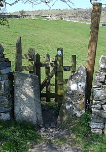 File:Stone squeeze with gate.jpg