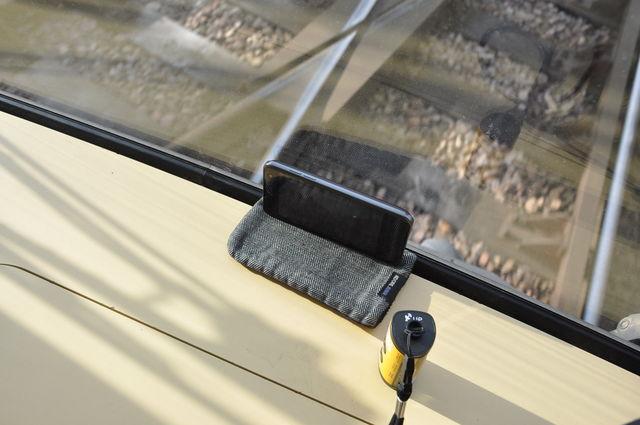 Mapillierendes Smartphone in einer Karlsruher Stadtbahn