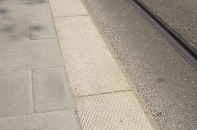 alt picture of a detailed curb at tram stop. unclear, if it is helpful for a blind