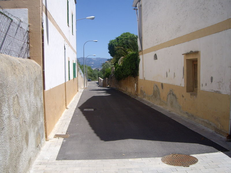File:Street-without-sidewalk.JPG