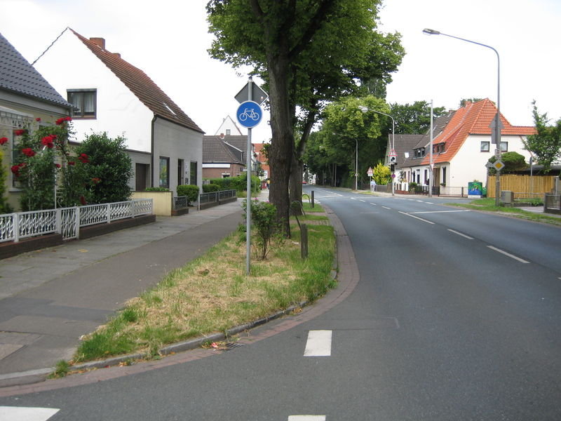 File:Bremen street with cycleway and sidewalk 1.jpg