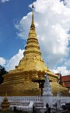 Golden wat tower (stupa).jpg