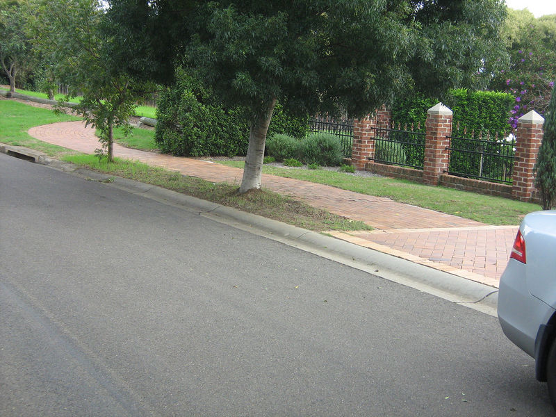 File:Rolled curb.jpg