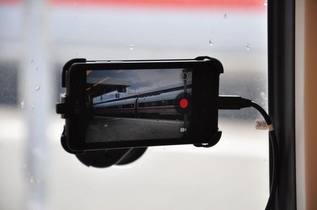 Fotos Smartphone in Kfz-Halterung an Fensterscheibe