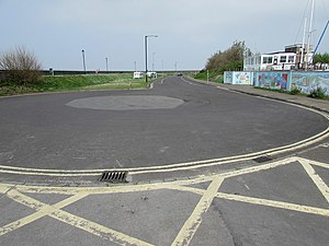 Turning circle at the southern end of South Esplanade, Burnham-on-Sea (geograph 5104296).jpg