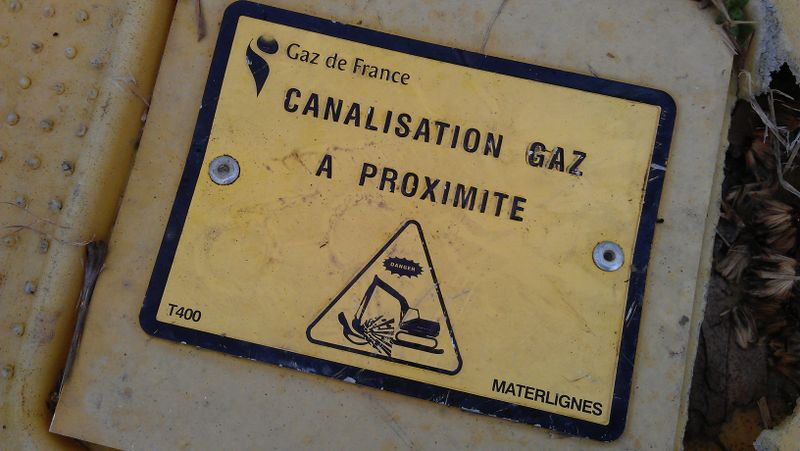 File:French gas pipeline small ground marker detail.jpg