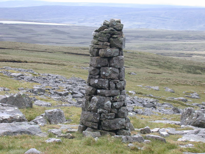 File:A very skilfully crafted cairn.jpg