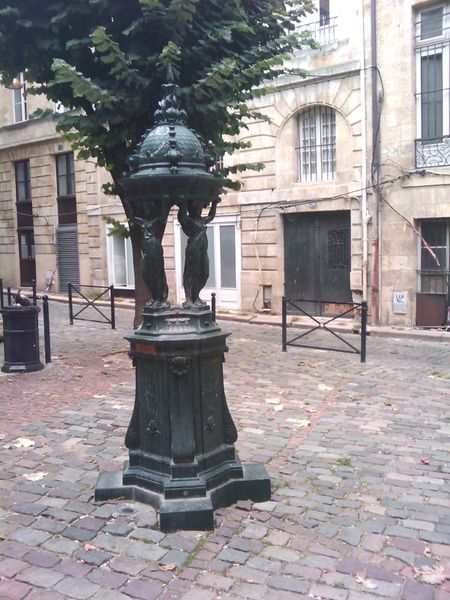 File:Fontaine Wallace, Place Porto-Riche, Bordeaux, France.jpg